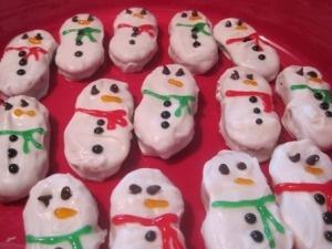 Nutter Butter Snowmen http://ezsrecipes.com/2010/12/21/nutter-butter-snowman-cookies/