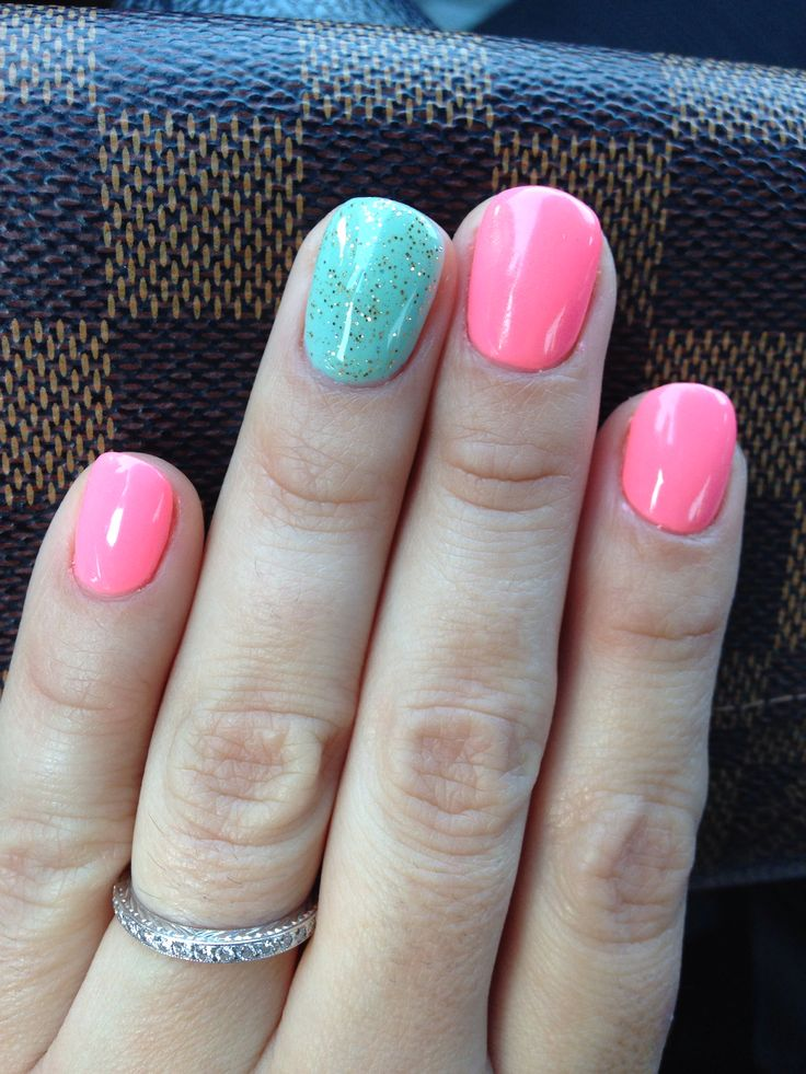 Gel manicure. Light coral and mint.
