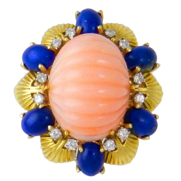 Персиковый кораллов и ляпис Бриллиантовое кольцо установлено в 18-каратного желтого золота c.1960