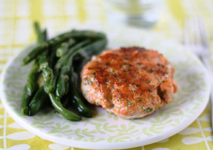 Salmon burger with green beans and honey-mustard sauce (gluten-free ...