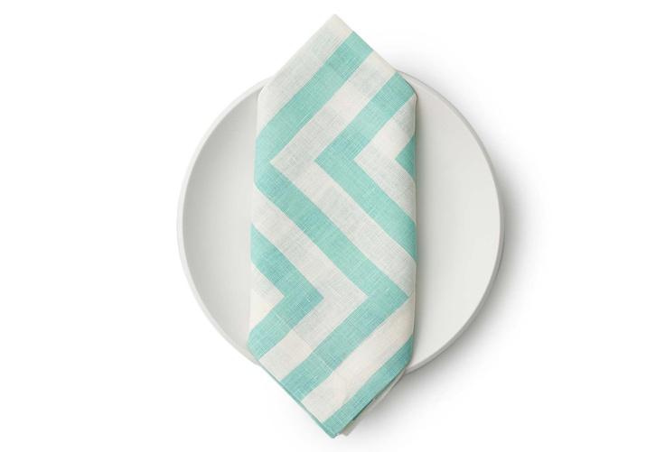 Love these aqua linen napkins for a summer tablescape