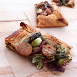 This Caramelized Apple and Onion Tart with Gorgonzola, Sausage and ...