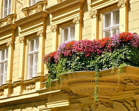 sárga színű épület virágos erkéllyel
