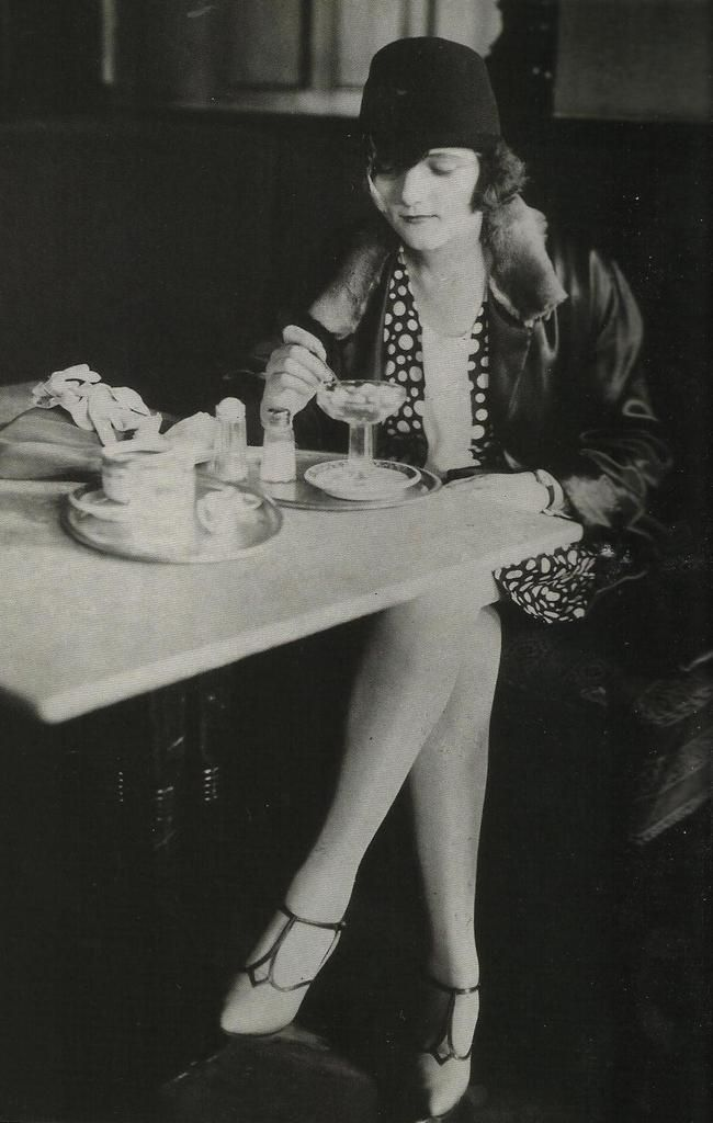 Jeune femme dans un caf parisien mode ann es 20 pinterest - Maillot de bain annee 20 ...