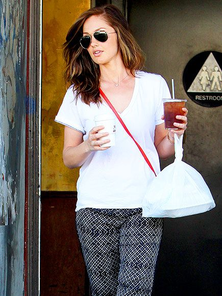 Minka Kelly grabbed some grub in shady style! Gotta love her classic aviator sunnies, not to mention her sleek black-and-white printed pants!