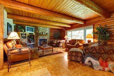 Gezellige woonkamer met houten plafond  Binnenshuis .....Inside of ...
