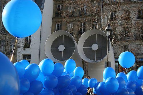 """Yves Klein: Lâcher de 1001 Ballons Bleus / 1001 Blue Balloons Release    Reconstitution de la """"Sculpture Aérostatique"""" créée par Yves Klein: lâcher de 1001 ballons bleus sur la Piazza du Centre Pompidou, le dimanche 21 janvier à 15h."""