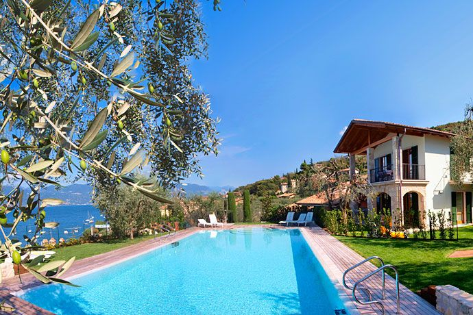 Residence Canevini - Torri del Benaco ... Garda Lake, Lago di Garda, Gardasee, Lake Garda, Lac de Garde, Gardameer, Gardasøen, Jezioro Garda, Gardské Jezero, אגם גארדה, Озеро Гарда ... Welcome to Apartments Canevini Torri del Benaco. Just a step away from the most beautiful of Italys cities of art and from the parks ok Lake Garda: 9 exclusive apartments immersed in the nature, just 50 meters from the lake and short walk from Torri del Benaco. All
