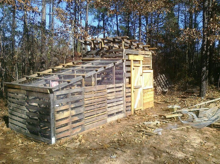 Chicken coop made from recycled pallets turkeys pinterest for Pallet chicken coup