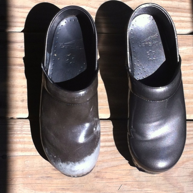 spray paint to fix dansko shoes craft diy ideas for the home p. Black Bedroom Furniture Sets. Home Design Ideas