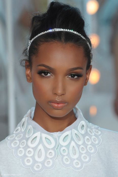 Gorgeous make up. Dark liner, nude lips. Great for dark skin, add a bronzer or blush!    I fangirl over Jasmine Tookes. She's such a beauty.