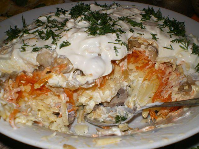 Салат с копченой куриной грудкой грибами и огурцом