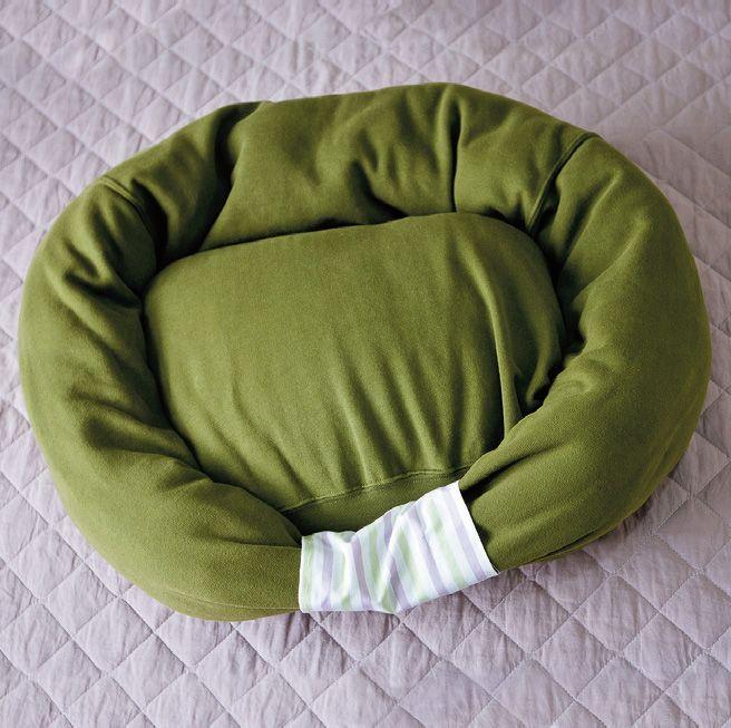 Como hacer una cama para tu mascota utilizando una sudadera vieja