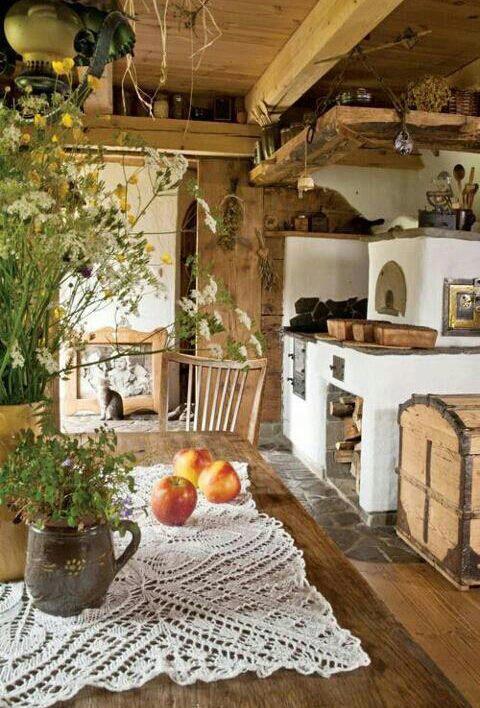 Horno de piedra en la cocina rústica de obra y madera