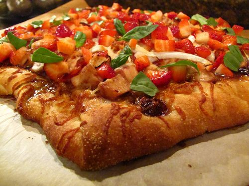 Balsamic Strawberry Pizza with Chicken, Sweet onion, and bacon