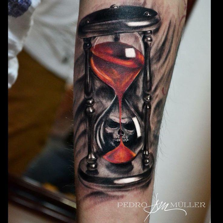 Тату на руке песочные часы череп