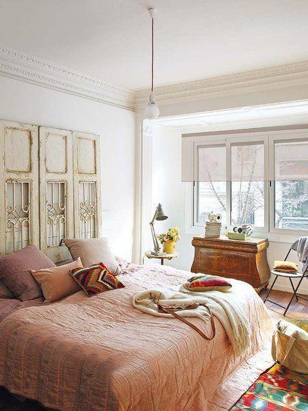 dormitorio con cabecero de puertas antiguas