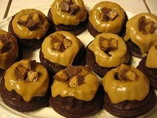 Chocolate Mini Bundt Cakes w/ Peanut Butter Frosting | Having my cake ...