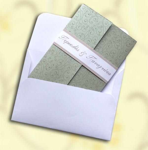 Πρόσκληση φτιαγμένη από ποιοτικό χαρτόνι εισαγωγής (Ιταλίας) βάρους 250γρ. με μεταλλική επίστρωση (ιριδίζων) Ασημένιο χρώμα. Το εξωτερικό κομμάτι του προσκλητηρίου είναι διακοσμημένο με διακριτική vintage εκτύπωση (pattern). Το κείμενο της πρόσκλησης τυπώνεται σε κάρτα η οποία προσαρμόζεται εσωτερικά Η εσωτερική κάρτα είναι φτιαγμένη από ποιοτικό χαρτόνι για προσκλητήρια Λευκού χρώματος. Το χαρτί της εσωτερικής κάρτας είναι τύπου κανσόν (ματ, με ανάγλυφη, γκοφρέ επιφάνεια).