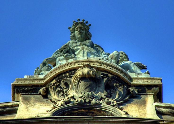 Centralna skulptura na vrhu zgrade, Palata Beogradske Zadruge ili Zgrada Geoz...