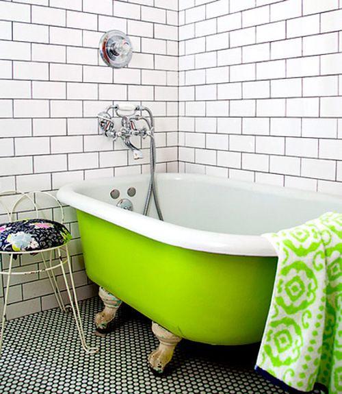 Bañera exenta con el exterior en verde