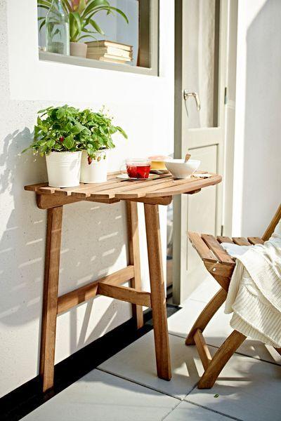 Travail ou repos au soleil avec cette table en bois - Plus de photos de balcons Ikea sur Côté Maison http://petitlien.fr/723x