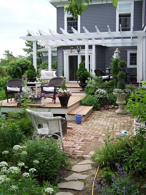 Like the raised deck patio home garden pinterest for Small corner patio ideas