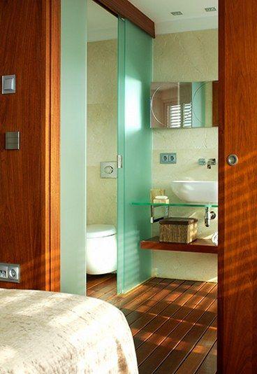 Baño Incorporado Dormitorio:Madera y cristal en el dormitorio – Dormitorio con baño incorporado