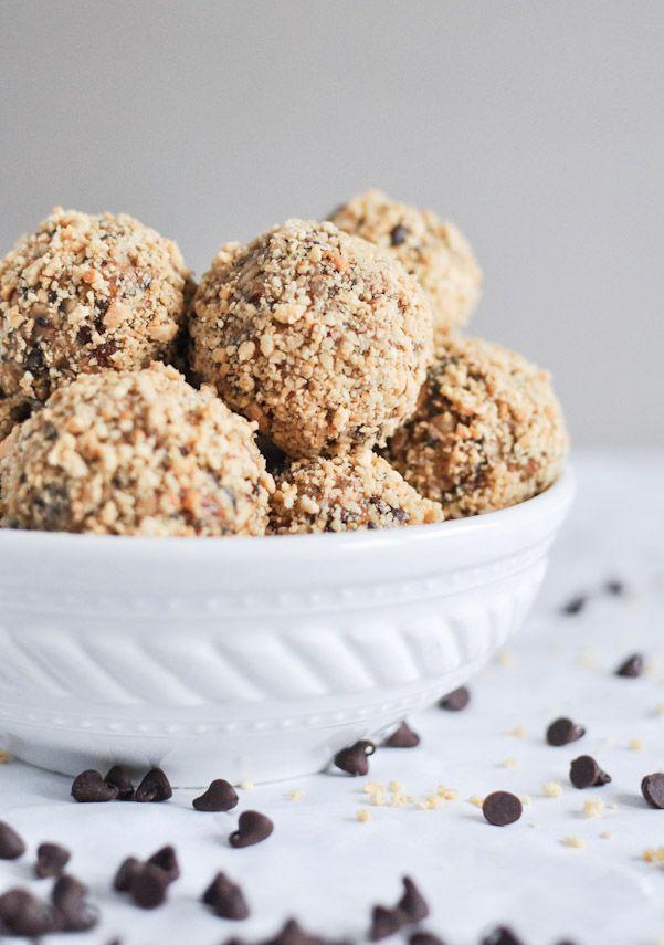 Quick + Easy No Bake Oatmeal Peanut Butter Bites | howsweeteats.com
