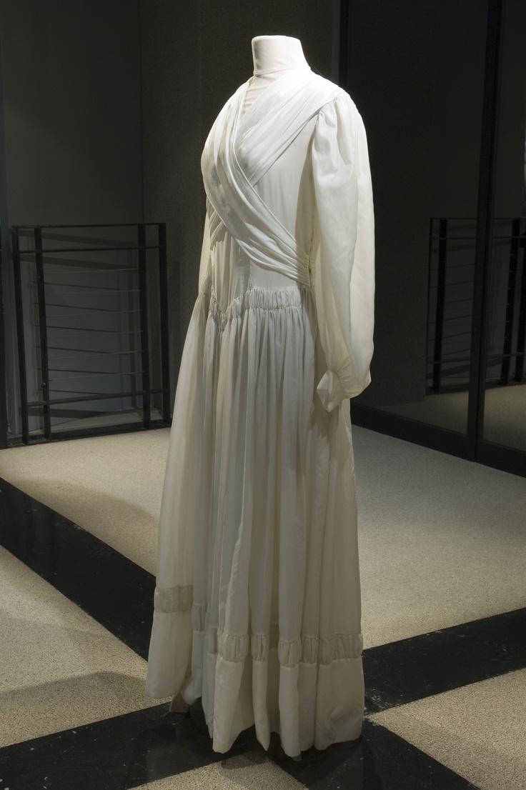 ... de parachute en nylon que Madame Tripot confectionne sa robe de