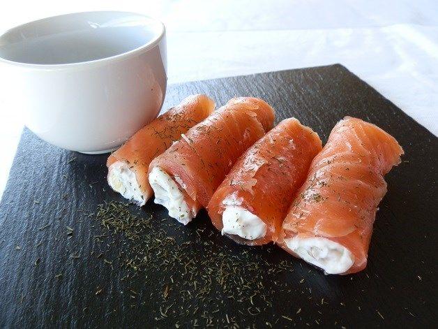 300 gr. de salmón ahumado - 150 gr. de queso de untar - Eneldo seco ...