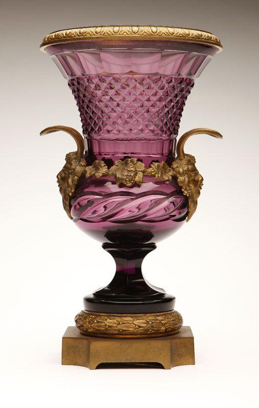 Континентальный позолоченной бронзовой вазой установлена аметист хрусталя