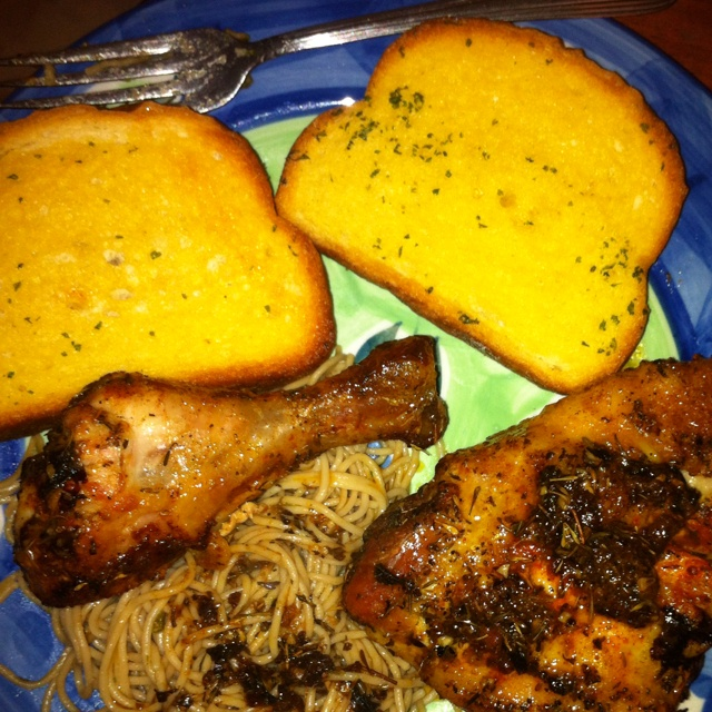 Garlic toast/pasta and baked chicken | food | Pinterest