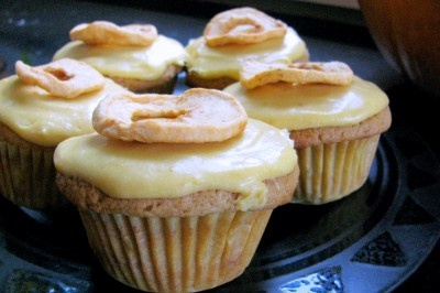 Apple cobbler cupcakes w/ pumpkin cheesecake frosting