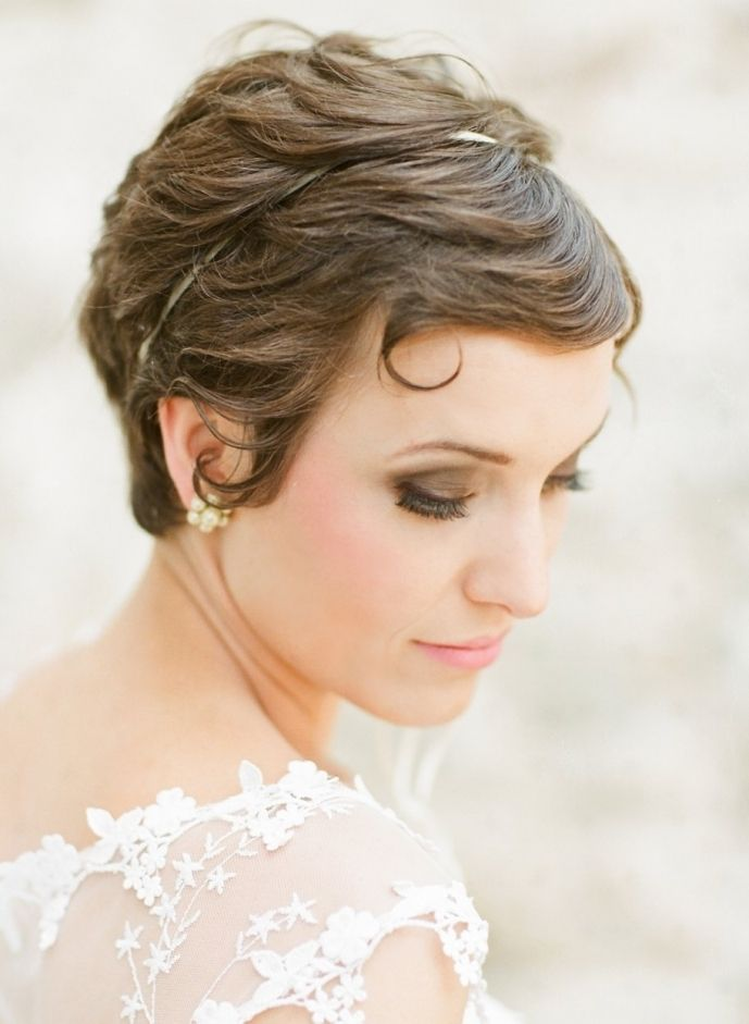 Pretty short bridal hairdo {Photo by Jodi Miller via Project Wedding}