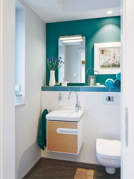 eine t r im flur f hrt ins g ste wc wo ein cooles jadegr n an der stirnwand die blicke auf sich. Black Bedroom Furniture Sets. Home Design Ideas