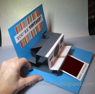 La cámara Polaroid pop up card - no sólo una imagen de una cámara pegada a la parte delantera de la ventana emergente.