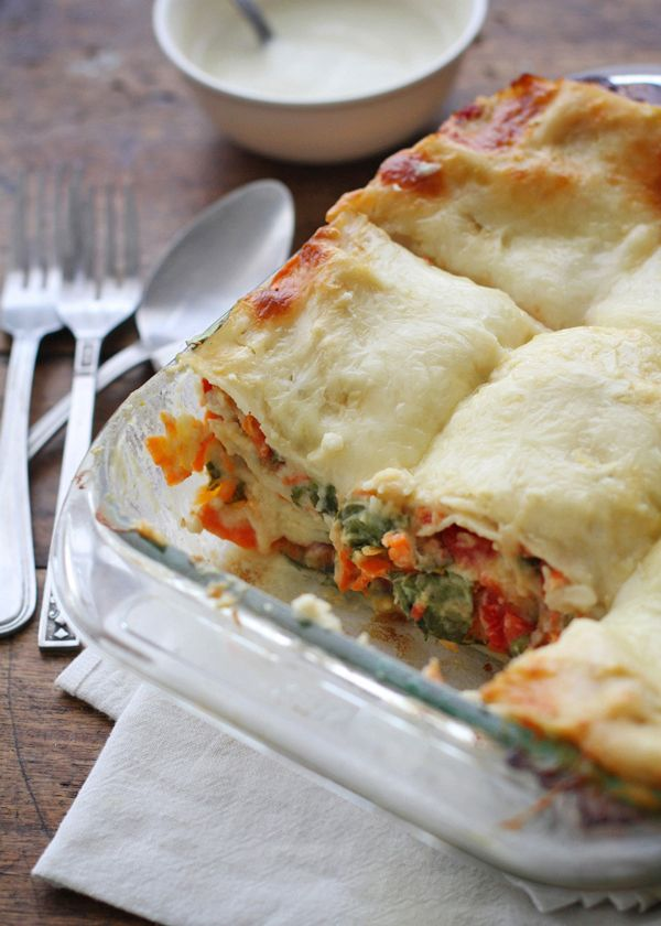 """Veggie Alfredo Lasagna from pinch of yum - """"Alfredo"""" is made with ..."""