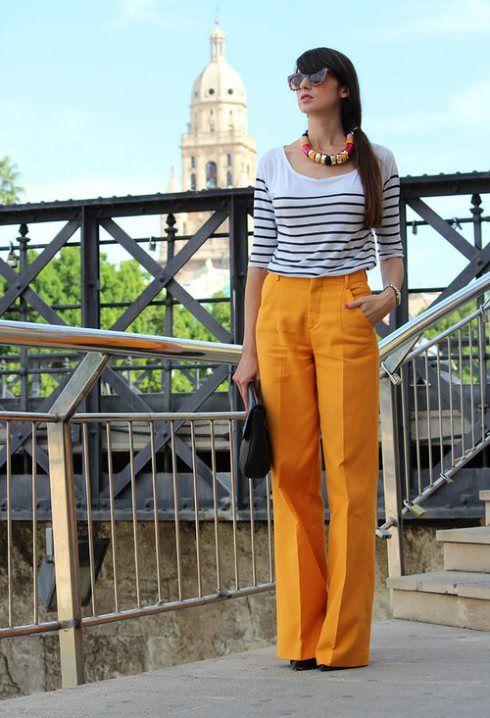 blusa a rayas y pantalon amarillo