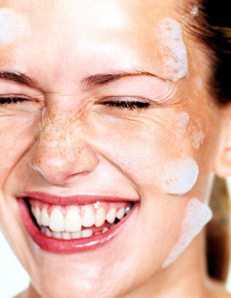 Du soin qui agit pendant la nuit à la dernière brosse « pores propres » made in USA : on se jette sur les nouvelles armes teint net. http://www.elle.fr/Beaute/Soins/Tendances/5-choses-qu-il-faut-savoir-sur-les-peaux-grasses-2699332