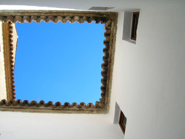 El cielo desde un patio en el Alcazar de los Reyes Cristianos de Córdoba