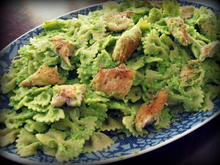 Pasta with pea pesto and chicken