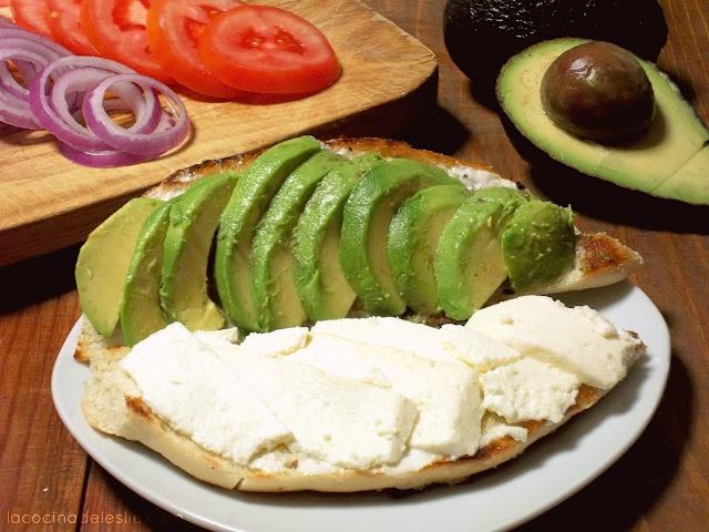 Avocado And Cream Cheese Roll (Rollo De Queso Y Aguacate)