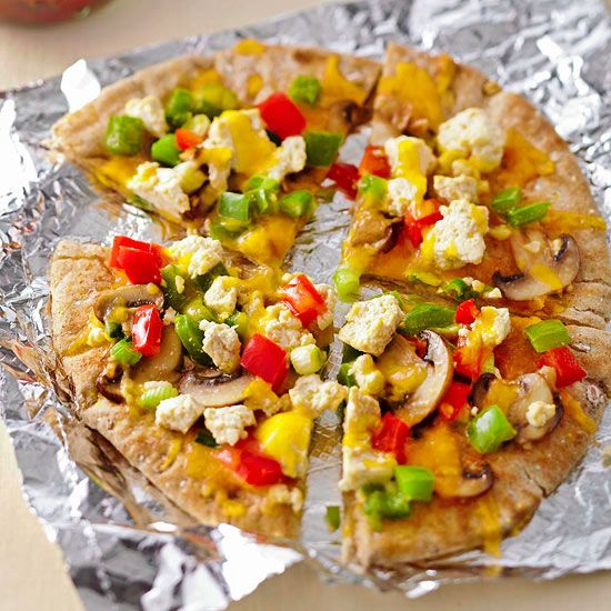 Pizza isn't just for dinner! These Breakfast Pita Pizzas topped with ...