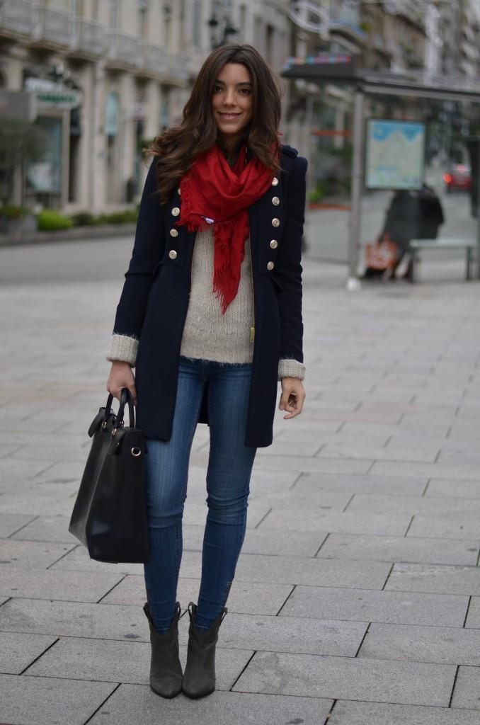 紺のコートと赤のマフラーコーディネート
