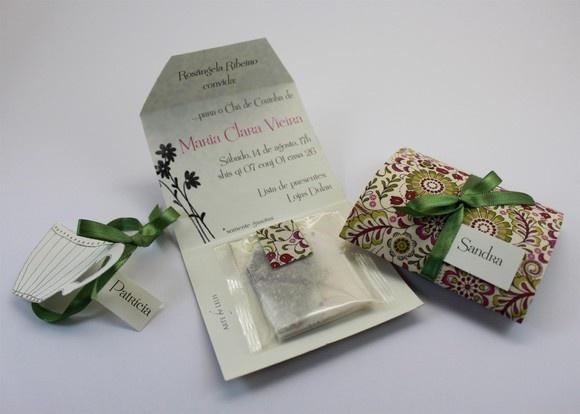 Convite chá de Cozinha e Chá de Panela em papel especial com aplicação de tecido combinando com o tema do evento. Acompanha sachê de chá importado.  Pedido mínimo: 25 unidades. Prazo para confecção: até 10 dias úteis. R$8,00