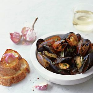 Souvignon-blanc-steamed-mussels with garlic Toassts.....F's Grace ...