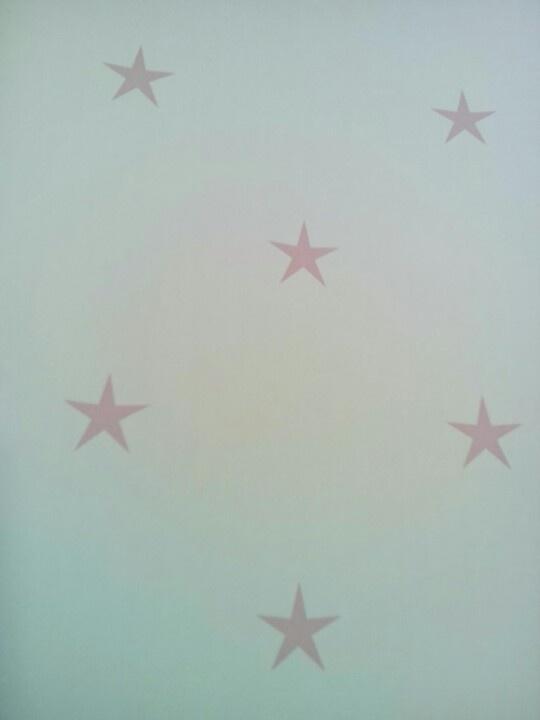 Babykamer Behang Roze : Behang wit met roze sterretjes babykamer
