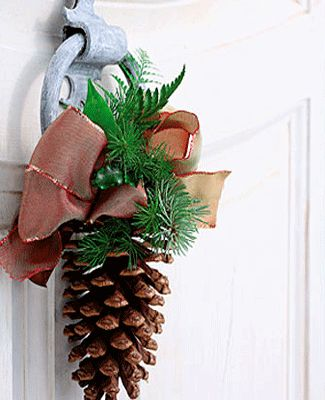 Entrance doors christmas decorating with pinecones for Pine cone door decoration