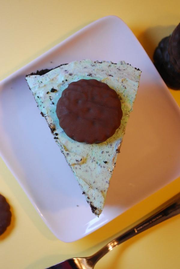 Grasshopper Thin Mint Pie [Pi Day Blog Hop] | The Domestic Rebel
